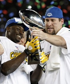 Steelers quarterback Roethlisberger hands Vince Lambardi Trophy to Holmes after winning NFL's Super Bowl XLIII football game in Tampa